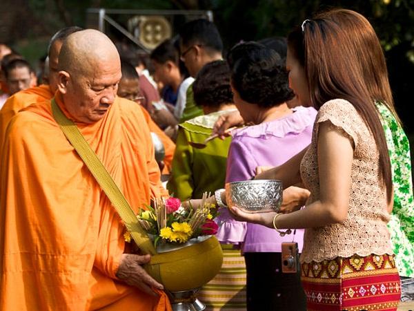 Trong lễ hội Songkran các gia đình sẽ bố thí cho các tu sĩ