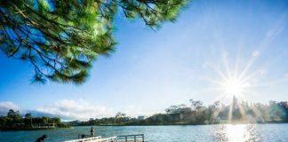 Bên cạnh là một địa điểm du lịch Đà Lạt hấp dẫn, Hồ Xuân Hương còn được mệnh danh là trái tim của thành phố ngàn hoa